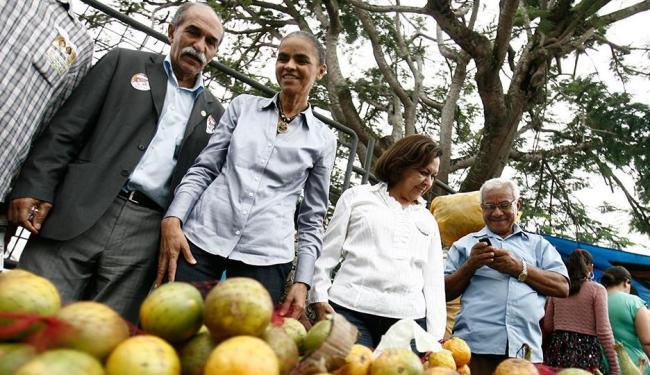 Marina Silva (esquerda), ao lado da candidata a governadora Lídice, visitou feira popular - Foto: Luiz Tito | Ag. A TARDE