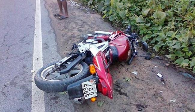 Pai e filha foram arremessados da noto na pista e não resistiram ao impacto do acidente - Foto: Fala Simões Filho | Reprodução