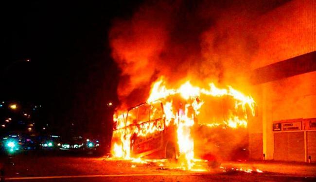 Ônibus pegou fogo perto de supermercado - Foto: Reprodução   Instagram