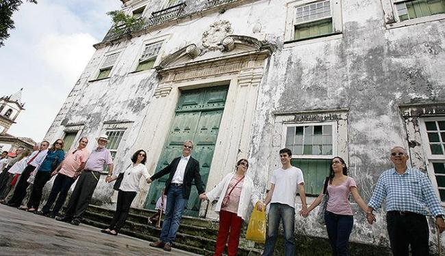 Integrantes deram abraço simbólico no imóvel - Foto: Marco Aurélio Martins | Ag. A TARDE