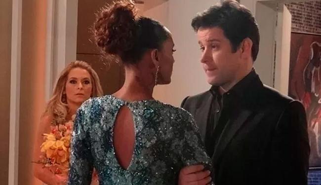 Pamela dá de cara com Verônica e Jonas na maior intimidade - Foto: Reprodução   TV Globo
