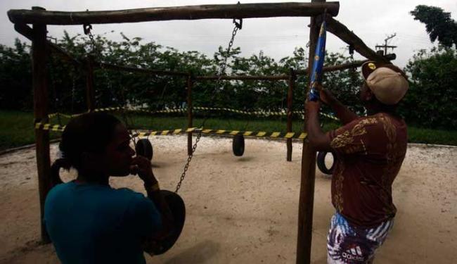 Padrasto e mãe do adolescente mostram o local do acidente - Foto: Luiz Tito | Ag. A TARDE