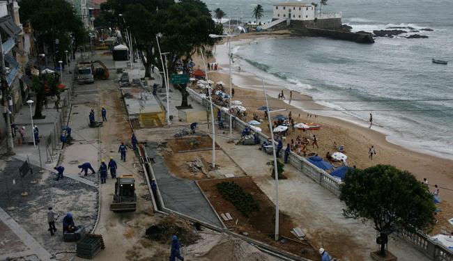 A expectativa é concluir pavimentação, 2 praças e a implantação da fiação subterrânea até o dia 22 - Foto: Raul Spinassé | Ag. A TARDE