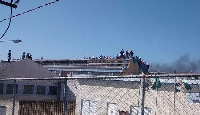 Presos amotinados tomaram os telhados da unidade de Cascavel - Foto: Reprodução l Sindicato dos Agentes Penitenciários do Paraná
