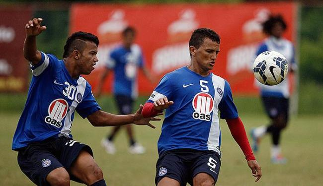 Raul (D) disputa bola com Railan em treinamento - Foto: Raul Spinassé | Ag. A TARDE