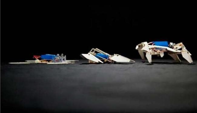 Robô se transforma e começa a andar, como um Trasformers - Foto: AP Photo
