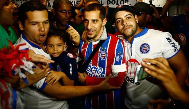 No desembarque em Salvador, Romagnoli vestiu uma camisa do Bahia personalizada com seu nome - Foto: Margarida Neide   Ag. A TARDE