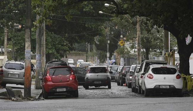 Na rua Baependi, carros parados nos dois lados da via e até na calçada dificultam o tráfego - Foto: Marco Aurélio Martins | Ag. A TARDE