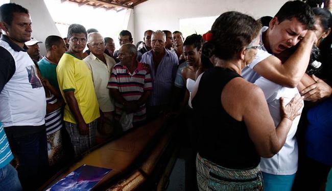 Parentes do jovem afirmam que vão insistir na elucidação do brutal assassinato - Foto: Luiz Tito | Ag. A TARDE