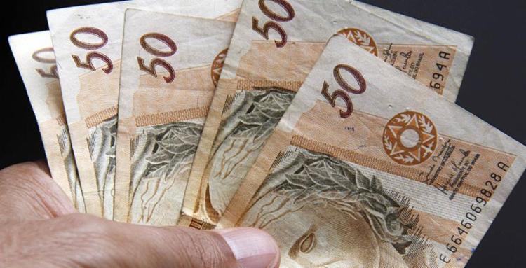 A estimativa do governo é que 70% das pessoas com direito ao saque procurem a Caixa para ter acesso aos saldos das contas - Foto: Joá Souza | Ag. A TARDE
