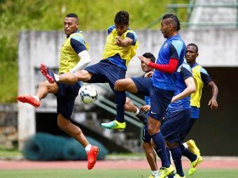 Atacante Henrique domina a bola entre Demerson (D) e Titi - Foto: Eduardo Martins | Ag. A TARDE
