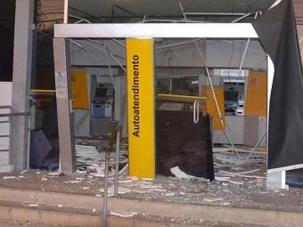 Caixas eletrônicos ficaram destruídos com as explosões - Foto: Blog de Clóvis Gonçalves