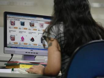 A proporção de internautas cresceu de 49,2%, em 2012, para 50,1%, no ano seguinte - Foto: Raul Spinassé/ Ag. A TARDE