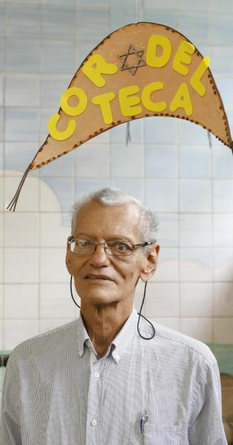 Autor posa sob chapéu do personagem Xaxado na Biblioteca Monteiro Lobato - Foto: Marco Aurélio Martins | Ag. A TARDE | 06/04/2014
