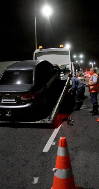 Carro retido em blitz na Boca do Rio é levado por guincho - Foto: Adilton Venegeroles   Ag. A TARDE   18.9.2014