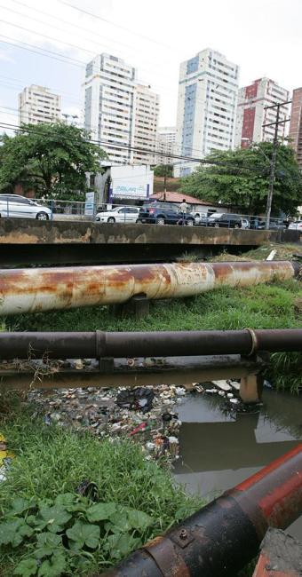 Comunidade convive com o Canal do Bate-Facho (Imbuí) - Foto: Luciano da Matta   Ag. A TARDE   16.09.2014