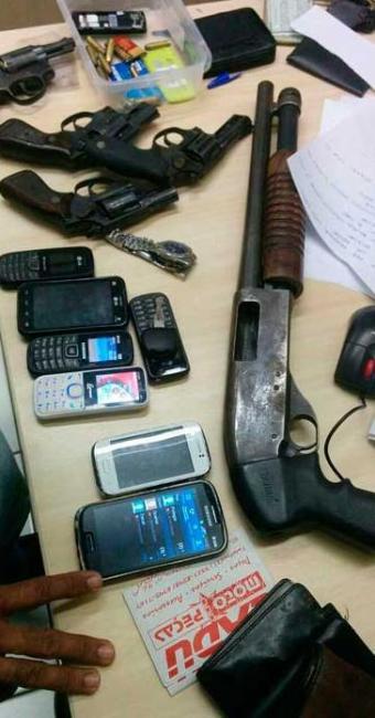 Foram encontrados três revolveres e cinco bastões de emulsão explosiva - Foto: Agência PF  Divulgação