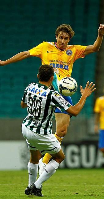 Rafael Miranda divide no alto com Carlinhos, do Coritiba: retrato do mau futebol apresentado - Foto: Eduardo Martins   Ag. A TARDE   07.09.2014