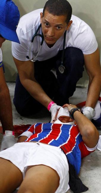 A torcedora do Bahia recebeu atendimento médico no local - Foto: Eduardo Martins | Ag. A TARDE