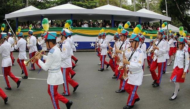 Participaram do desfile 4,8 mil militares e 1,8 mil civis - Foto: Manu Dias   GovBA