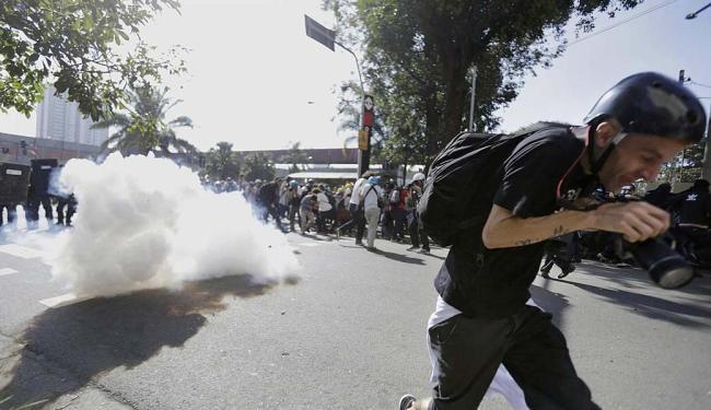 Bombas de efeito moral são disparadas para dispersar os manifestantes nos protestos em SP - Foto: Lunaé Parracho | Agência Reuters
