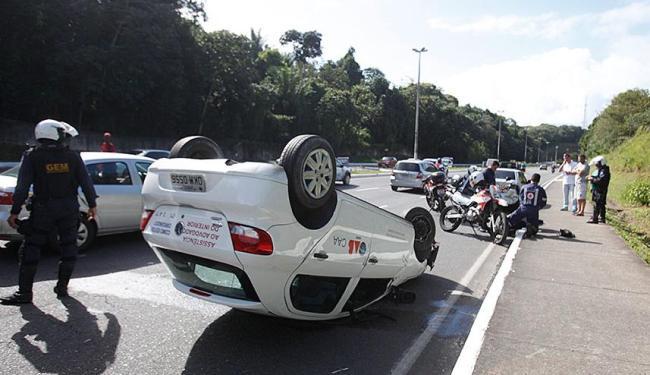 Motorista ultrapassou canteiro, colidiu com dois carros e capotou em seguida - Foto: Edilson Lima | Ag. A TARDE