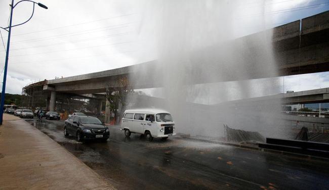 Uma retroescavadeira rompeu a adutora em obra no Imbuí - Foto: Edilson Lima | Ag. A TARDE
