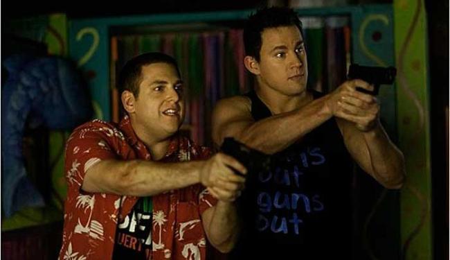 Jonah Hill e Channing Tatum interpretam os oficiais Schmidt e Jenko - Foto: Divulgação