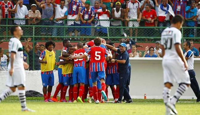 O primeiro gol do Bahia saiu aos 14 minutos de jogo e jogadores foram comemorar com o treinador - Foto: Eduardo Martins   Ag. A TARDE