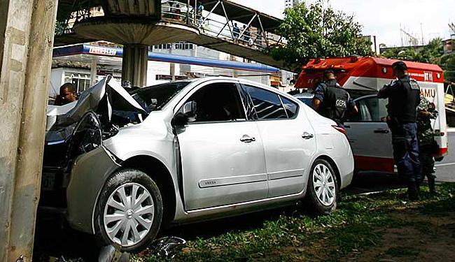 Motorista perdeu o controle do carro e bateu em uma das pilastras de sustentação de uma passarela - Foto: Joá Souza | Ag. A TARDE