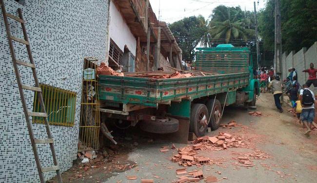 Carreta tentava subir ladeira quando perdeu força e invadiu duas casas no bairro do Comércio - Foto: Barreto Neves | Foto do internauta
