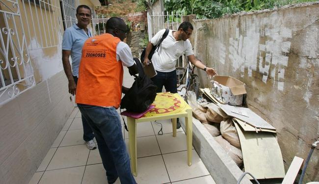 Agentes de saúde tiveram acesso à casa de José Batista para fazer inspeção - Foto: Luciano da Matta   Ag. A TARDE.  17.09.2014