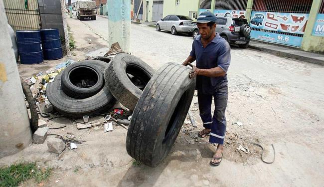 Moradores do bairro George Américo limpam as ruas para impedir proliferação do mosquito - Foto: Luiz Tito | Ag. A TARDE
