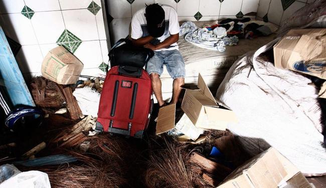 Juan dorme numa fábrica de vassouras - Foto: Luiz Tito | Ag. A TARDE