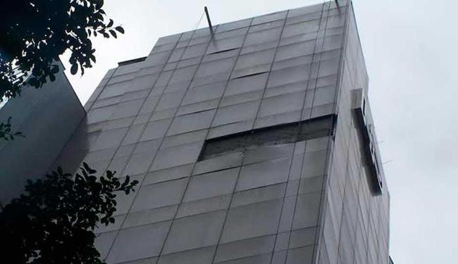 Placas caíram do alto do prédio do hospital, oferecendo o perigo de atingir e ferir as pessoas - Foto: Ediane do Monte | Foto do internauta
