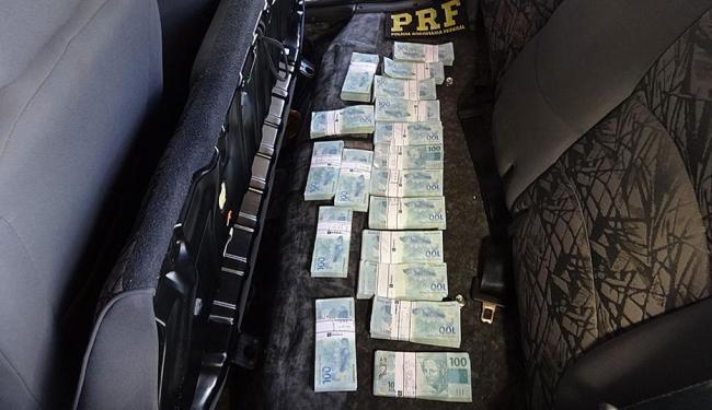 Dinheiro foi encontrado embaixo do banco traseiro do carro - Foto: Jadiel Luiz   Blog Sigi Vilares