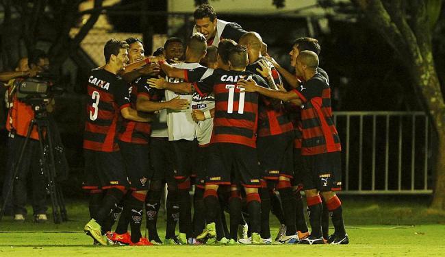 Bolo de jogadores do Rubro-Negro se forma para comemorar o triunfo em cima do Inter, que tirou o tim - Foto: Eduardo Martins | Ag. A TARDE