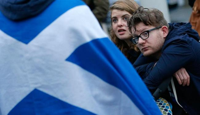 Casal do lado de fora do Parlamento da Escócia, em Edimburgo, após referendo sobre a independência - Foto: Agência Reuters