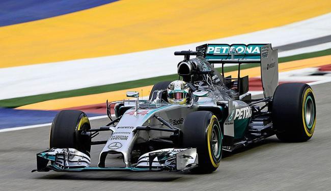 Hamilton cravou a pole position com apenas sete milésimos à frente de Nico Rosberg - Foto: Tim Chong | REUTERS