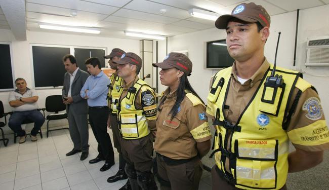 Nova farda começa a ser utilizada nesta terça, 23, pelos agentes de trânsito da capital - Foto: Luciano da Matta | Ag. A TARDE | 22.09.2014