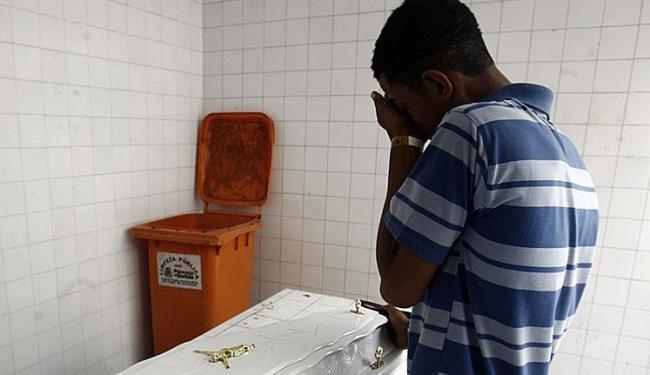 No DPT, irmão da menina chora sua perda ao lado do caixão - Foto: Luiz Tito | Ag. A TARDE