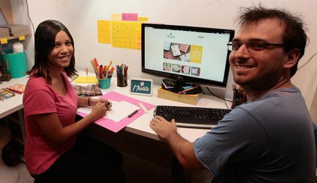 Felipe Nanni e Cajila Barbosa são sócios em uma loja virtual de carteiras e cadernos feitos à mão - Foto: Mila Cordeiro | Ag. A TARDE