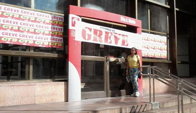 Agências bancárias amanheceram fechadas no primeiro dia de greve dos bancários nesta terça, 30 - Foto: Edilson Lima | Ag. A TARDE