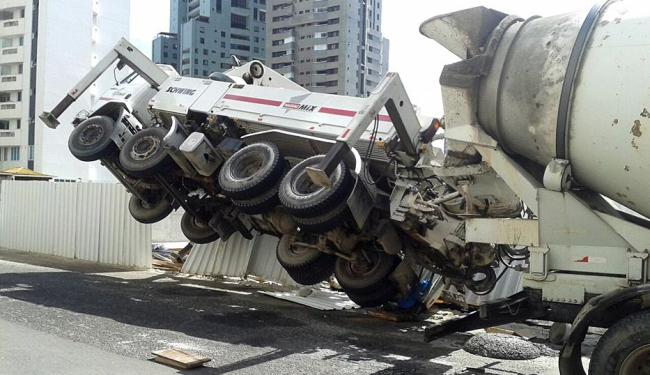 O veículo inclinou, atingindo a cabeça do trabalhador - Foto: Jair Mendonça Jr. | Ag. A TARDE