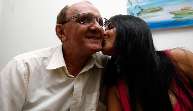 Eduardo, o padastro, com Lara, que quer ter o sobrenome dele e do pai biológico,  já falecido - Foto: Fernando Amorim   Ag. A TARDE