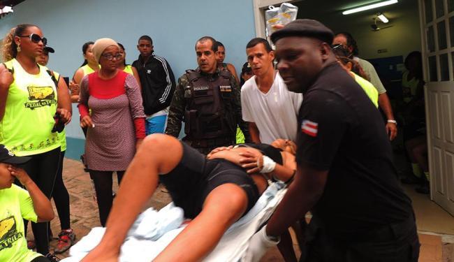 Feridos foram socorridos com ajuda do policial (ao fundo de colete) - Foto: Ag. A TARDE