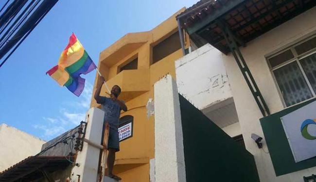 Funcionário coloca bandeira LGBT na fachada do centro - Foto: Arquivo Pessoal