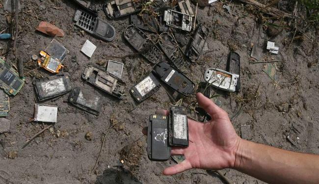 Em contato direto com o solo, o lixo eletrônico atinge o lençol freático e pode poluir a água - Foto: Valdenir Lima | Ag. A TARDE | 15.10.2010