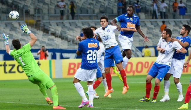 Lomba (1) se estica em lance que acabou com bola na trave - Foto: Bruno José   Futura Press   Estadão Conteúdo
