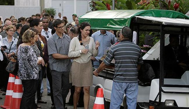Familiares e amigos acompanharam o sepultamento da empresária Luciana Augusta - Foto: Adilton Venegeroles   Ag. A TARDE